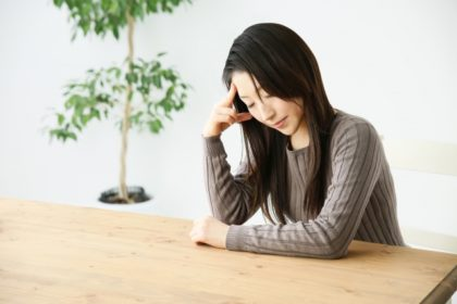 頭痛の症状がつらい女性