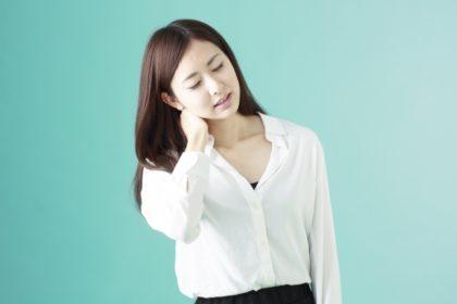 頸椎ヘルニアの症状で悩む女性